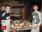 Kinder beim Brotbacken